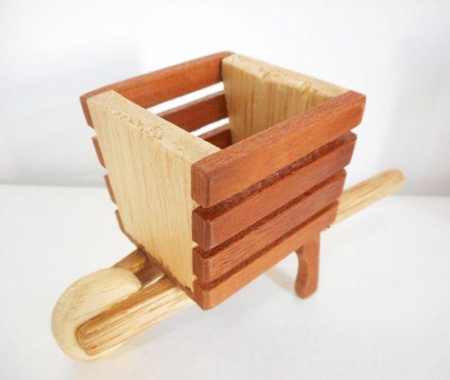 Mini carriola de madeira - MIOLA DESIGN - ARTESANATO EM MADEIRA